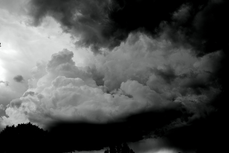 mørke og lyse skyer